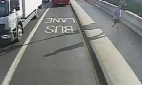 Βίντεο σοκ: Έκανε τζόκινγκ και έσπρωξε μία γυναίκα να τη χτυπήσουν τα αυτοκίνητα