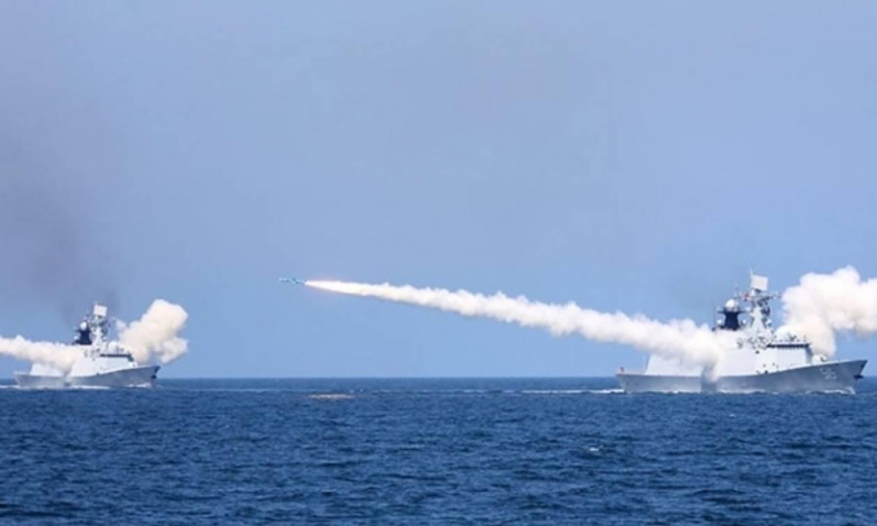Όλα κρέμονται σε μια κλωστή! Η Κίνα εκτόξευσε δεκάδες πυραύλους στην κορεατική χερσόνησο
