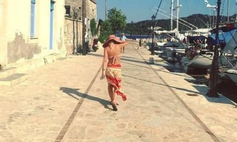 Ελένη Μενεγάκη: Καμουφλαρισμένη στα Σύβοτα της Λευκάδας