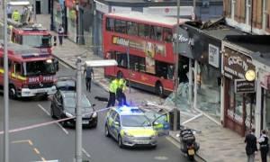 Λονδίνο: Απεγκλωβίστηκαν οι επιβάτες του λεωφορείου που «εισέβαλε» σε κατάστημα (pics)