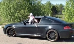 Ρώσος βγάζει το έξι μηνών παιδί του από το παράθυρο αυτοκινήτου και πατάει γκάζι (pic&vid)