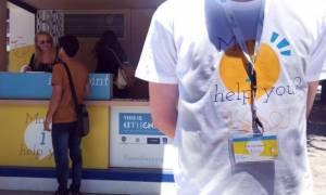 Εθελοντές βρίσκονται στους δρόμους της Αθήνας και υποδέχονται τους επισκέπτες της