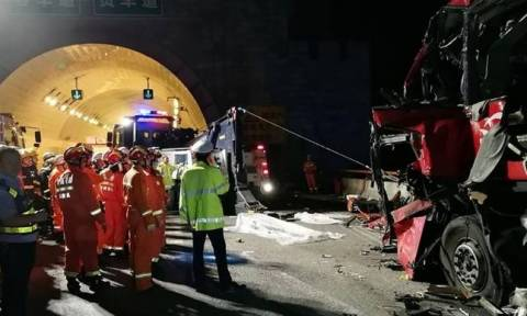 China transport: Deadly coach crash at road tunnel
