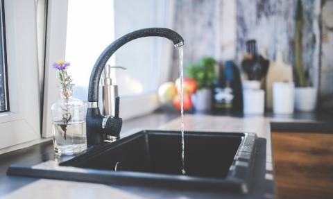 Απίστευτα χαράτσια και στους λογαριασμούς του νερού - Ποια νοικοκυριά επιβαρύνονται και από πότε