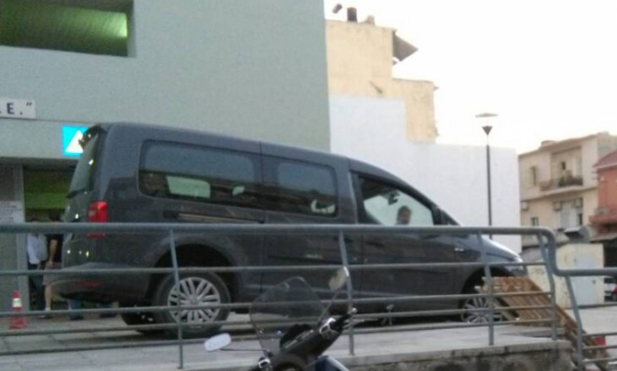 Χανιά: Μεθυσμένος τουρίστας θέλησε να παρκάρει αλλά κάτι δεν πήγε καλά! (pics)