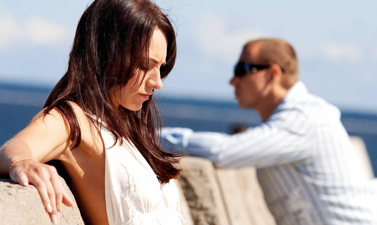 Σχέσεις: 4 καταστάσεις που θα βιώσεις αν κάνεις διακοπές με γκρινιάρα γυναίκα