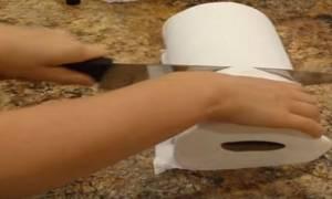 Κόβει ένα ρολό κουζίνας στην μέση - Δεν φαντάζεστε τι φτιάχνει! (video)