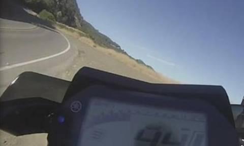 Βίντεο σοκ! Καρέ – καρέ η πτώση οδηγού μηχανής σε γκρεμό 76 μέτρων