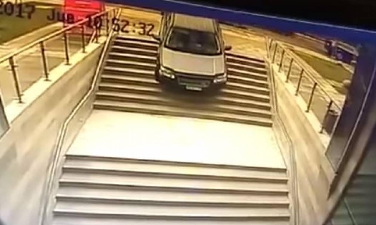 Απίστευτο βίντεο: Γυναίκα παρκάρει το αυτοκίνητό της σε σκαλιά και…