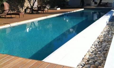 Μυστήριο στην Αμμόχωστο: Γύρισαν από έξοδο και βρήκαν την οικιακή τους βοηθό νεκρή στην πισίνα