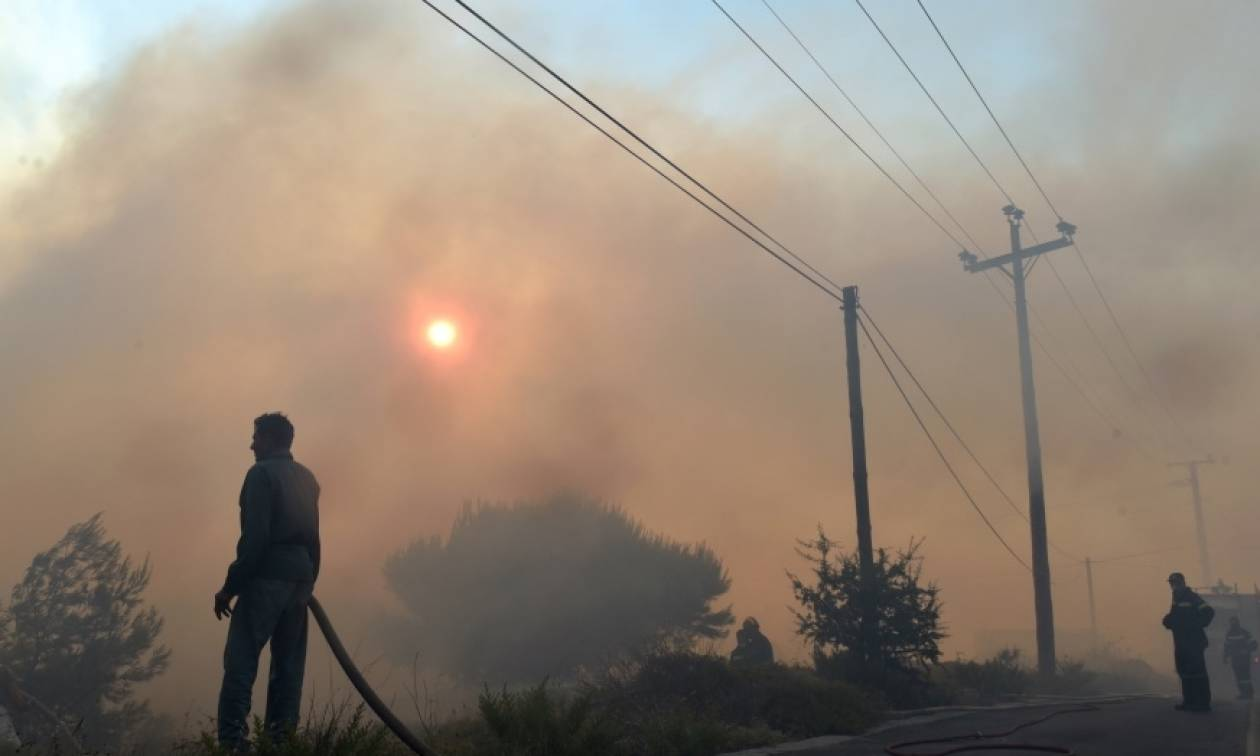 Οι φλόγες έζωσαν μοναστήρι στο Καπανδρίτι