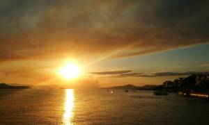 Συγκλονιστικές φωτογραφίες από τη φωτιά στον Κάλαμο: Οι καπνοί ορατοί και από την Εύβοια (pics)