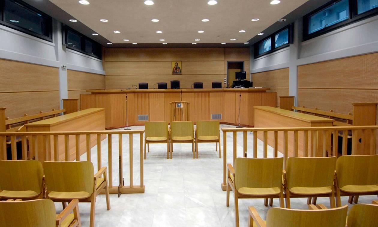 Τον Σεπτέμβριο η δίκη για την εξαγριωμένη γυναίκα που επιτέθηκε σε εφοριακό