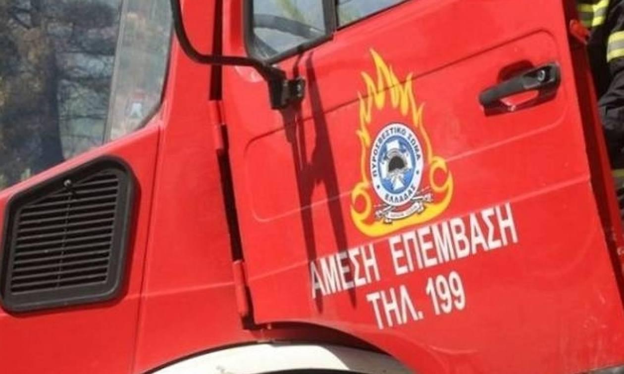 Φωτιά ΤΩΡΑ: Η συγκλονιστική φωτογραφία με τον πυροσβέστη που κάνει τον γύρο του διαδικτύου (pic)
