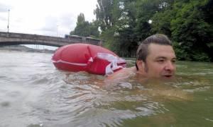 Φοβερό! Κολυμπάει κάθε μέρα για να πάει στη δουλειά του αντί να πάρει το λεωφορείο!
