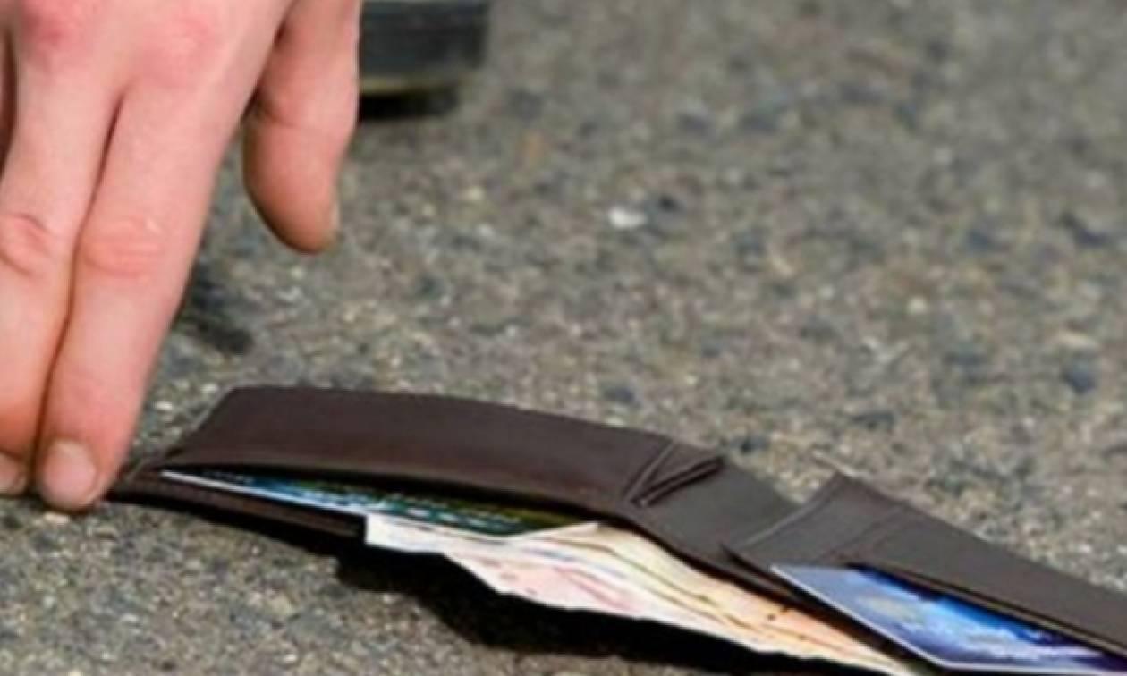 Κρήτη: Βρήκε στο δρόμο πορτοφόλι με χιλιάδες ευρώ και το παρέδωσε