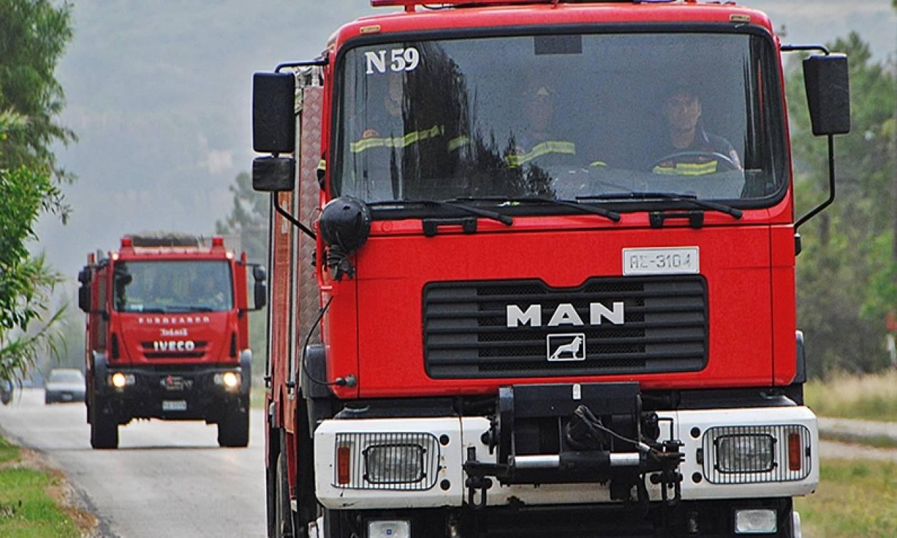 ΤΩΡΑ: Φωτιά σε λεωφορείο εν κινήσει στη Βαρυμπόμπη