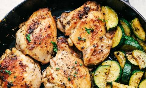 Συνταγή για νόστιμο κοτόπουλο με κολοκυθάκια και μυρωδικά