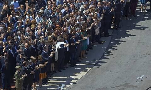 Ρίγη συγκίνησης στη συγκέντρωση μνήμης για τα θύματα των τρομοκρατικών επιθέσεων στην Ισπανία (Vid)