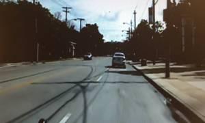 Βίντεο που σοκάρει: Αστυνομικός δίνει γροθιές σε άνδρα που ήδη έχει ακινητοποιήσει