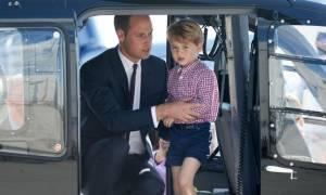 Ο λόγος που ο πρίγκιπας Γουίλιαμ απαγορεύεται να συνταξιδεύει με την οικογένειά του