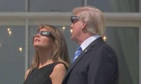 ΗΠΑ: Τραμπ και Μελάνια παρακολούθησαν την έκλειψη ηλίου! (vid)