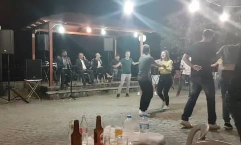 Μπύρα, ψητό και… despacito σε κλαρίνο! Το είδαμε και αυτό σε ελληνικό πανηγύρι