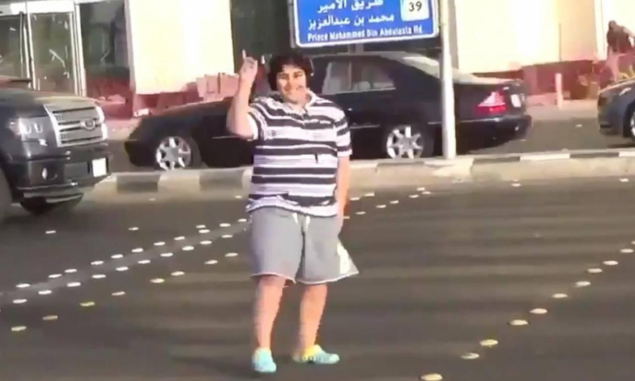 Συνελήφθη 14χρονος… γιατί χόρεψε στο δρόμο Macarena (vid)