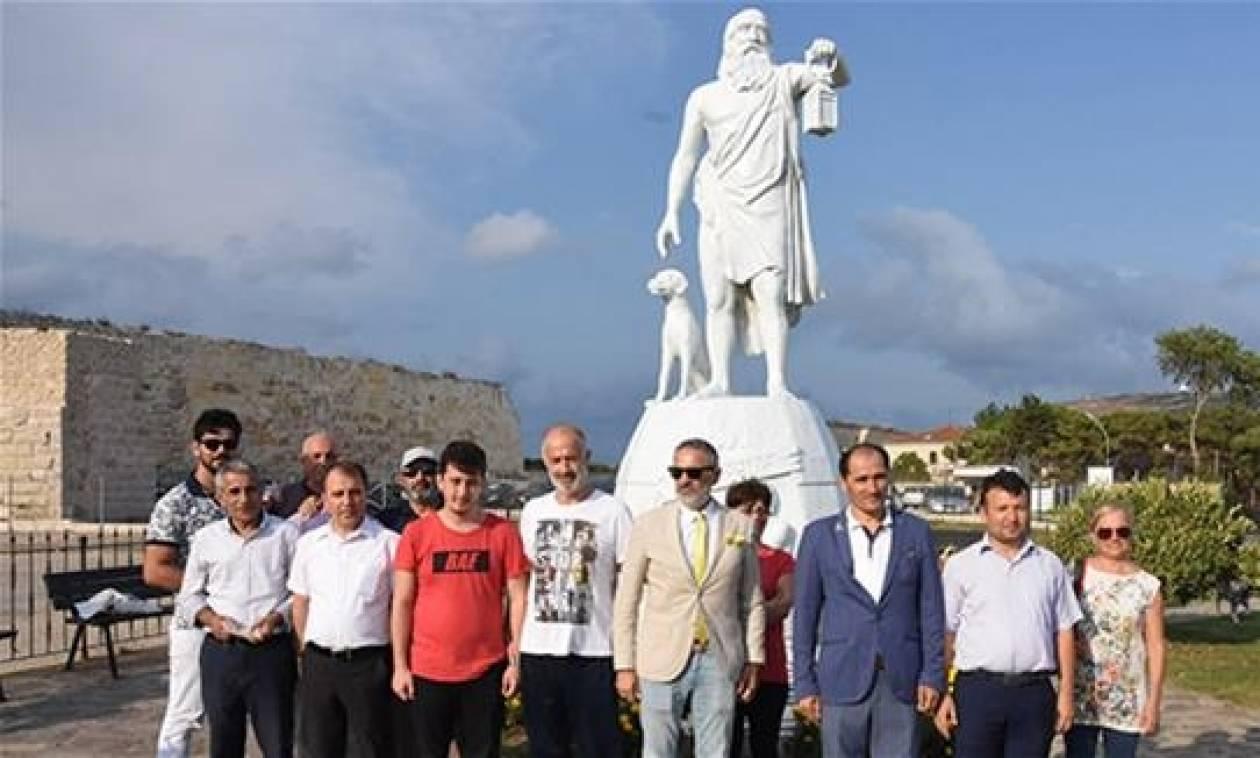 Προκλητικοί και ανιστόρητοι: Τούρκοι θέλουν να ξηλώσουν το άγαλμα του Διογένη από τη Σινώπη