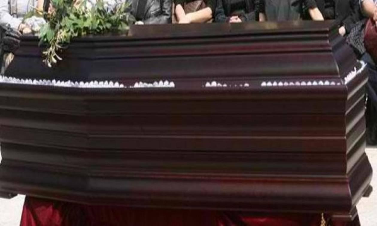 Πανικός σε κηδεία: Ξέθαψαν νεκρό στη Φθιώτιδα - Έπαθαν σοκ τα παιδιά του