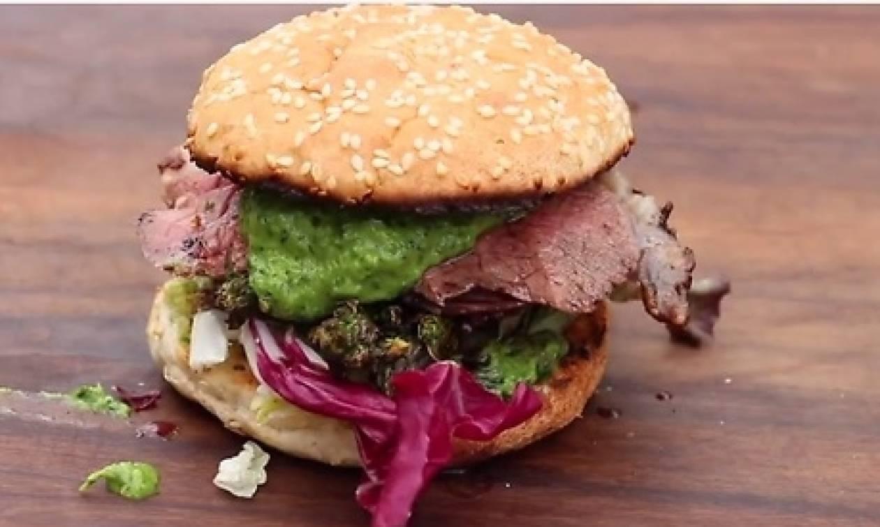 Φτιάξτε μόνοι σας το πιο νόστιμο burger που φάγατε ποτέ (video)