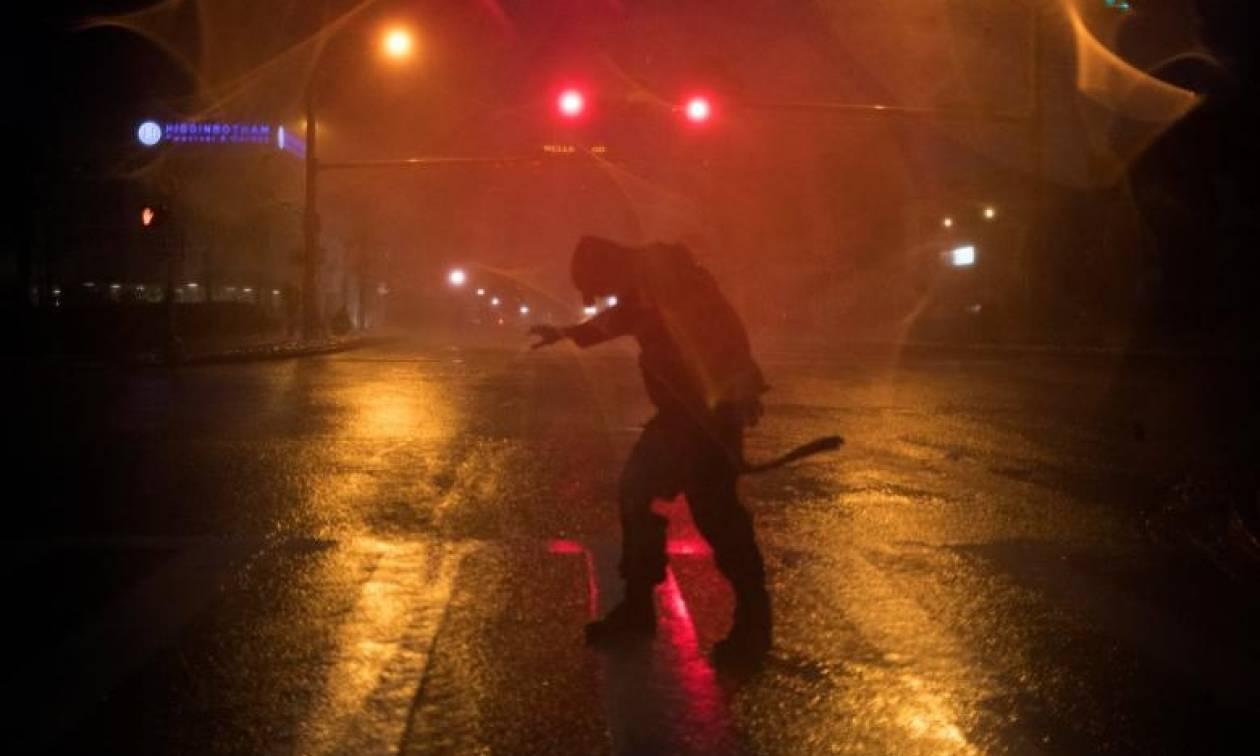 Τυφώνας Χάρβεϊ: Σε κατάσταση φυσικής καταστροφής το Τέξας (pics+vids)