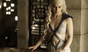 Αυτή είναι η γυμνή φωτογράφηση της Βασίλισσας του Game of Thrones (Pics)