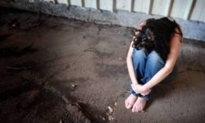 Φρίκη: 26χρονη βιάστηκε από τέσσερις άνδρες μπροστά στον σύντροφό της