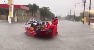 Στο έλεος της καταιγίδας Χάρβεϊ το Χιούστον – Χιλιάδες παγιδευμένοι σε σπίτια και αυτοκίνητα (vids)