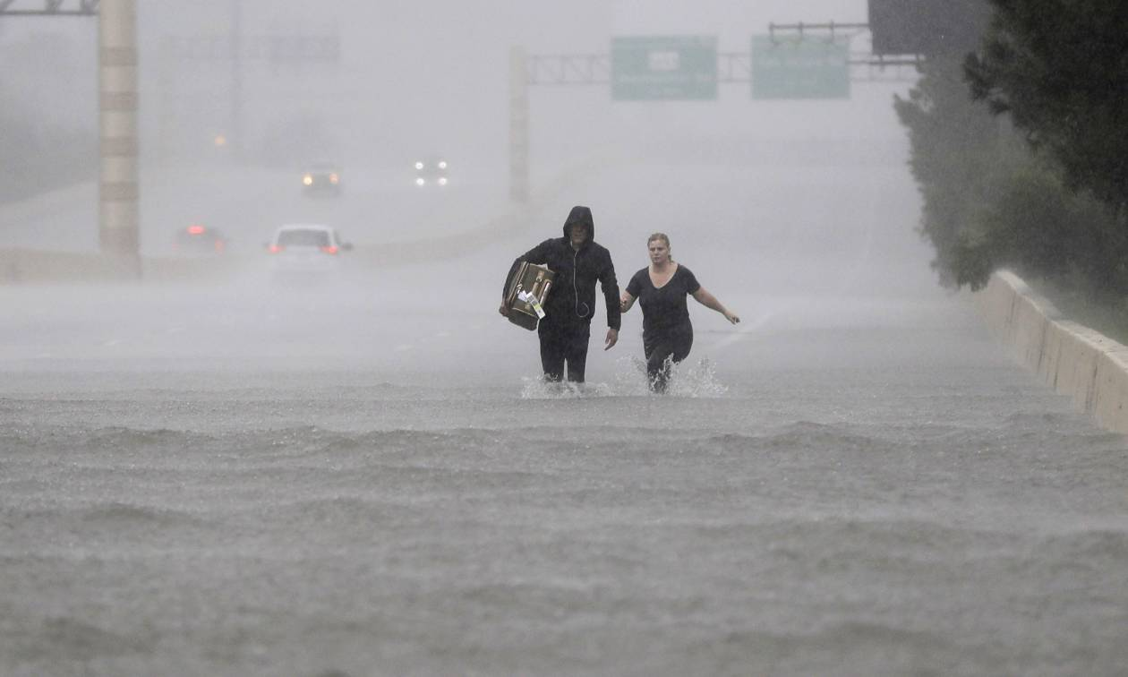 Καταιγίδα Χάρβεϊ: Κάτω από το νερό βυθίστηκε η πόλη του Χιούστον και η ισχυρή βροχή συνεχίζεται