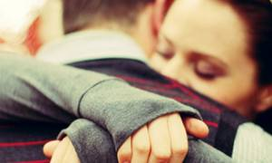 Αυτά είναι τα μυστικά της ανδρικής αγκαλιάς