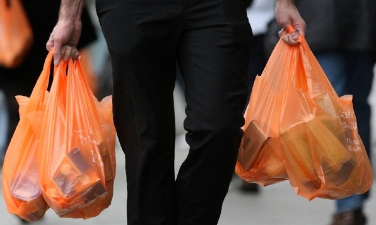 Με... πλαστική σακούλα μόλις ένας στους δέκα καταναλωτές!