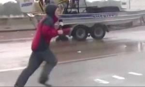 Καταιγίδα Χάρβεϊ: Δημοσιογράφος έσωσε οδηγό φορτηγού που είχε παγιδευτεί! (vid)