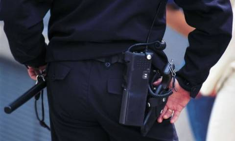 Αστυνομικός που αυνανιζόταν δημόσια,τέθηκε σε διαθεσιμότητα