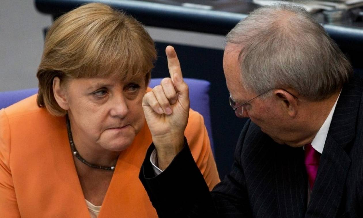 Noμπελίστες οικονομολόγοι στρέφονται κατά της Γερμανίας, της Μέρκελ και του Σόιμπλε