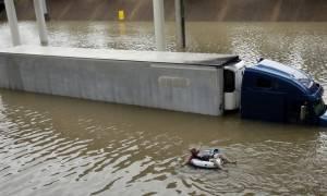 Σκηνές χάους στο Χιούστον εξαιτίας της καταιγίδας Χάρβεϊ: Κλειστά επ' αόριστον τα αεροδρόμια