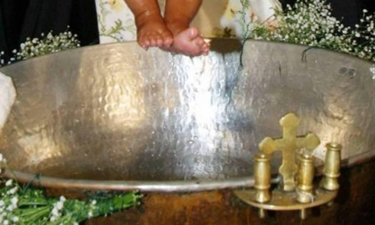 Πανικός σε βάπτιση στα Χανιά: Η μητέρα μητέρα έπαθε σοκ όταν είδε το σύζυγό της με χειροπέδες