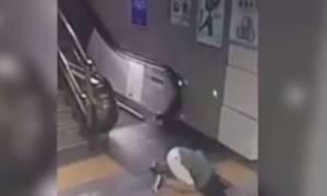 Βίντεο - σοκ! Άνοιξε η γη και την… κατάπιε τη στιγμή που έβγαινε από το μετρό