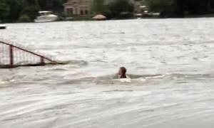 Καταιγίδα Χάρβεϊ - Συγκλονιστικό βίντεο: Παιδί παλεύει να μην παρασυρθεί από τα ορμητικά νερά