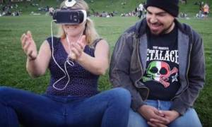 Να τι συμβαίνει όταν βλέπει κανείς για πρώτη φορά πορνό εικονικής πραγματικότητας (Vid)