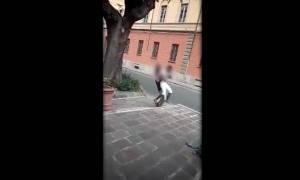 Σάλος στην Ιταλία από ρατσιστική επίθεση σε πρόσφυγα (Vid) (ΠΡΟΣΟΧΗ! ΣΚΛΗΡΕΣ ΕΙΚΟΝΕΣ)