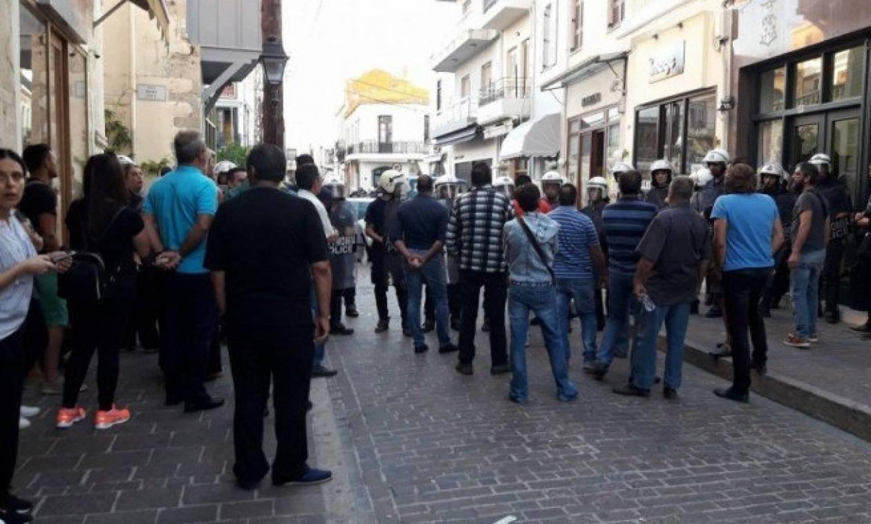 Χαμός στο Ρέθυμνο: Επεισόδια και συλλήψεις κατά την διάρκεια κατάσχεσης καταστήματος (pics-vid)