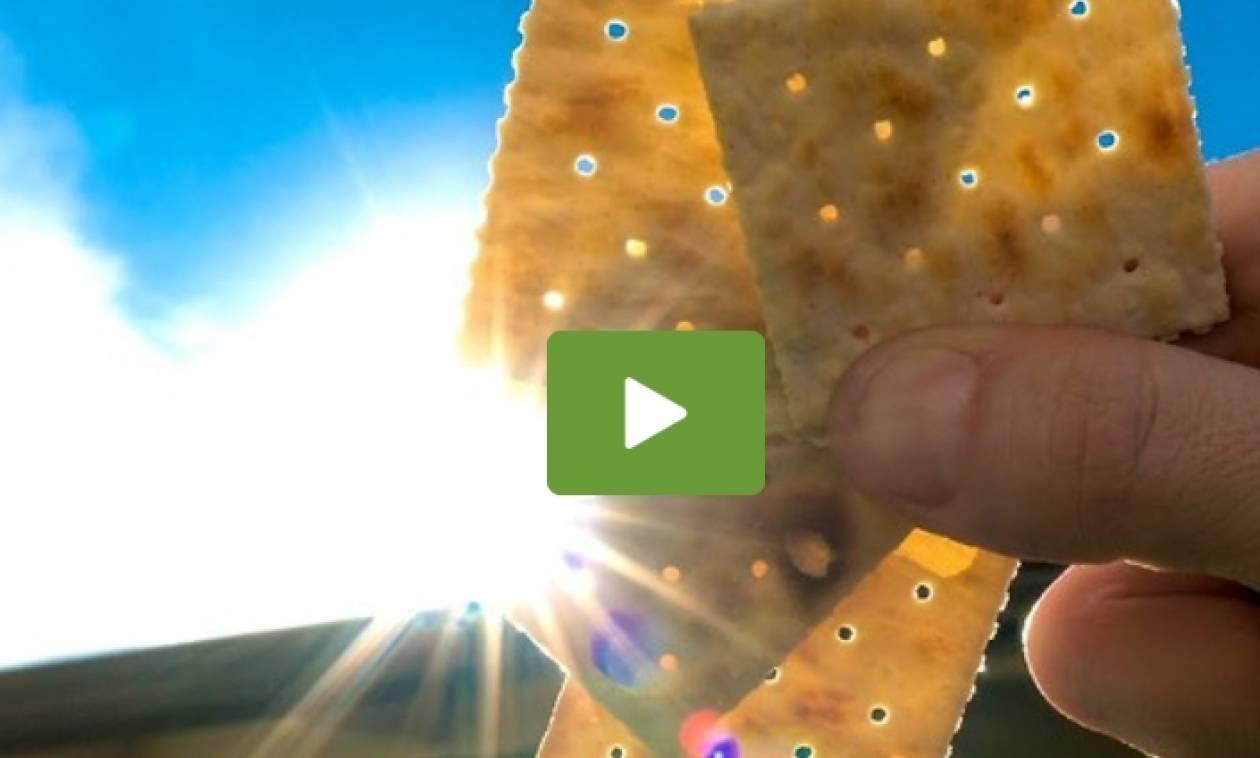 Βλέπουν την έκλειψη ηλίου μέσα από ένα αλμυρό... κράκερ (Video)