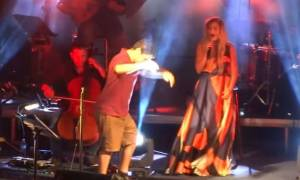 Το ζεϊμπέκικο σε συναυλία της Μποφίλιου που συγκίνησε κοινό και διαδίκτυο (vid)